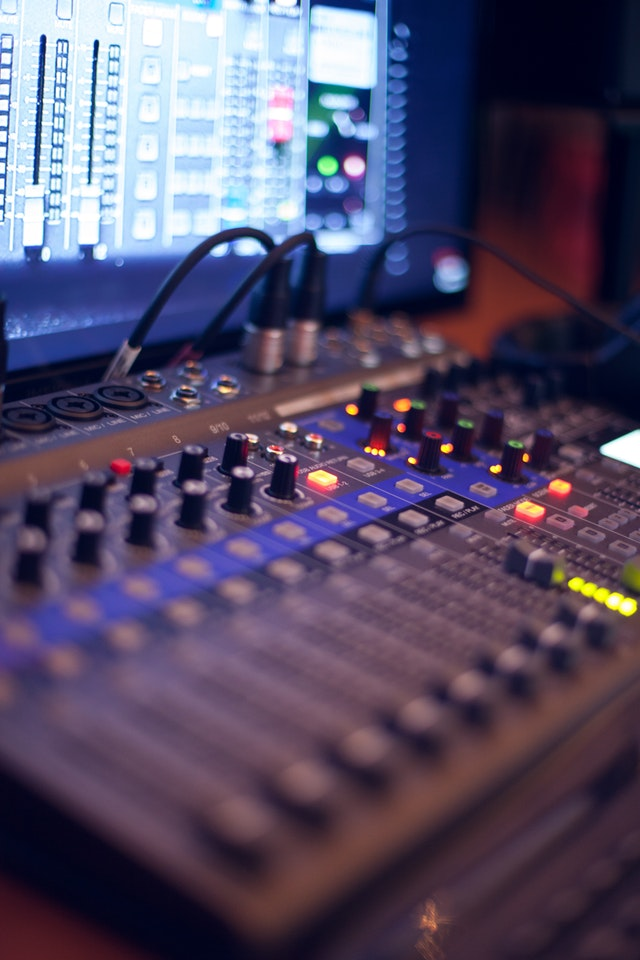 Top 8 Reasons to Use a Pro Recording Studio